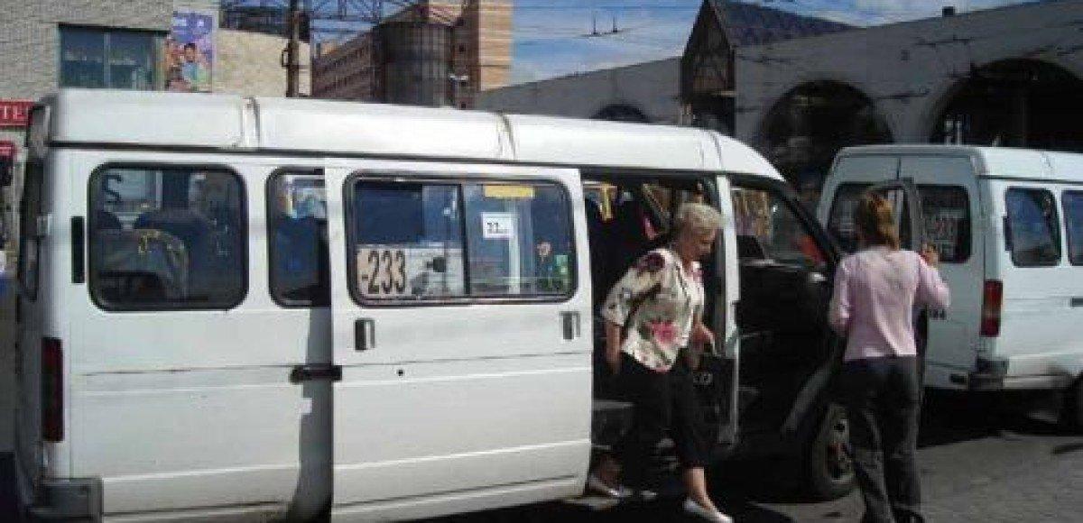В Москве на Рублевском шоссе упало в кювет маршрутное такси