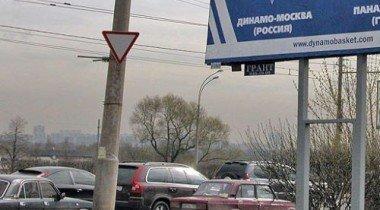 В Москве на машину скорой помощи упал рекламный щит
