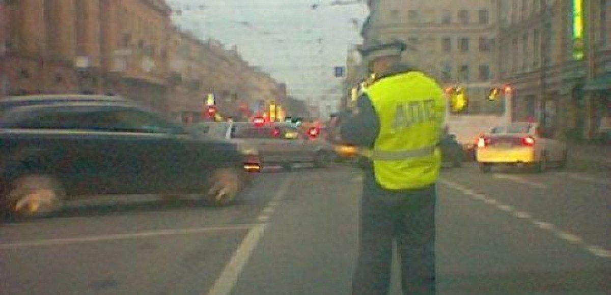 На «Рублевке» автомобиль сбил сотрудника ГИБДД
