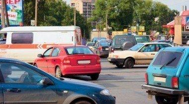 Ленинградское шоссе стоит из-за покосившегося столба