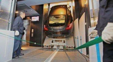 Китайцы подняли Porsche Panamera на 94-й этаж