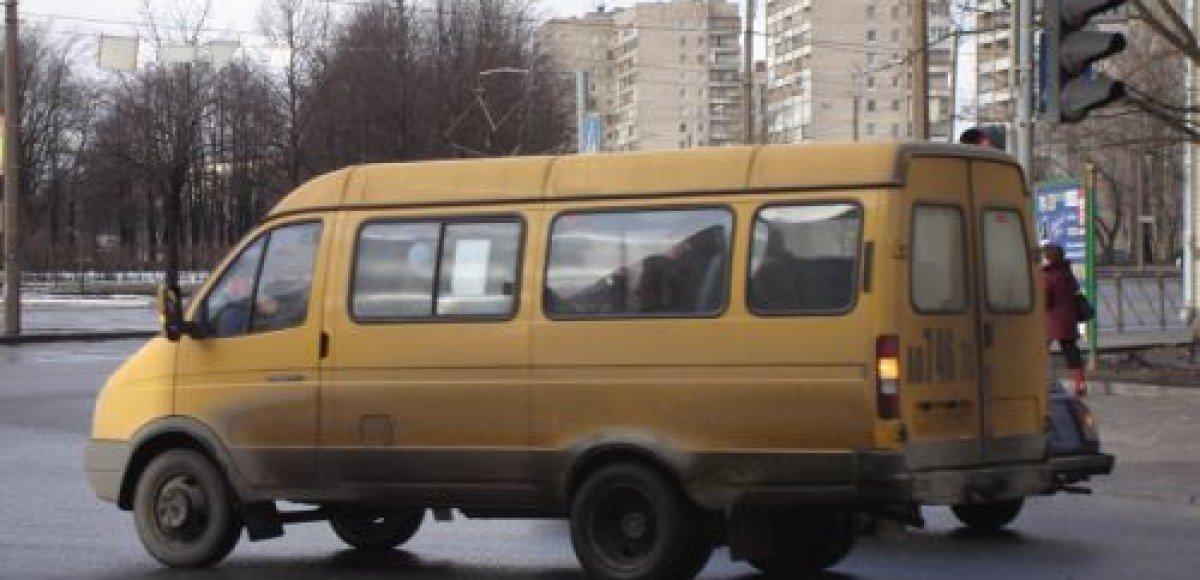 В Москве маршрутное такси столкнулось с грузовиком