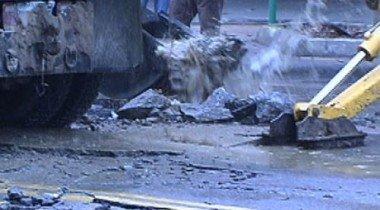 Лопнувшая труба с кипятком повредила 11 автомобилей