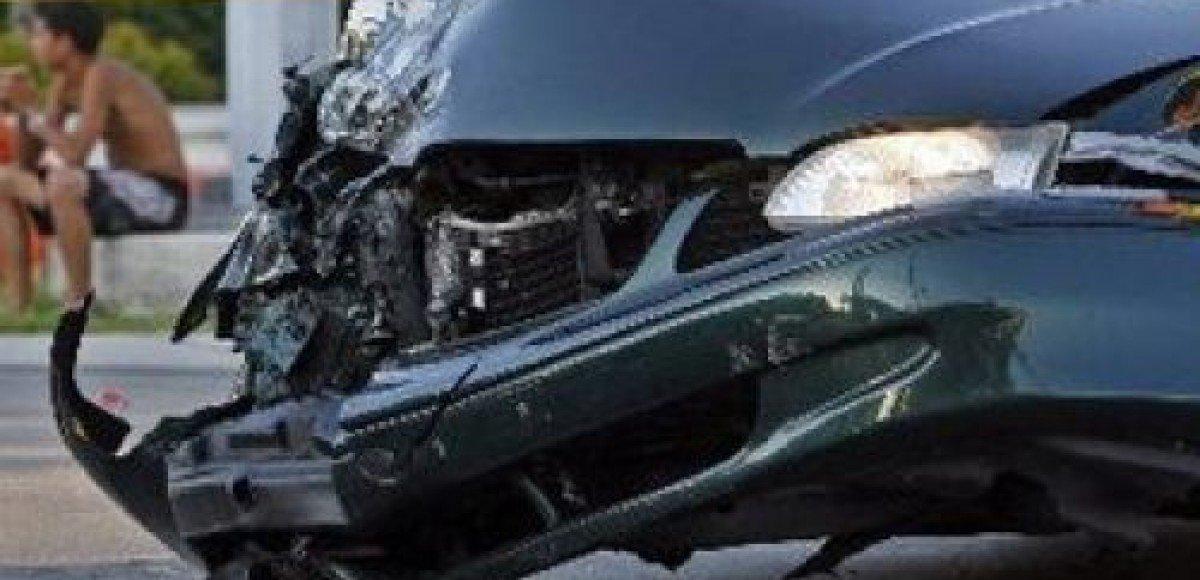 Люди из развалившейся надвое машины остались живы