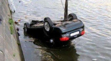 В Петербурге машина упала в реку, протаранив заграждение