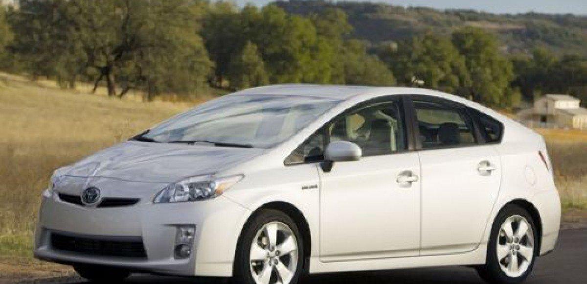 На российском рынке появилась гибридная Toyota Prius