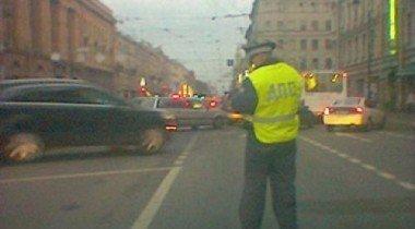 В Москве автомобиль с мигалкой сбил регулировщика