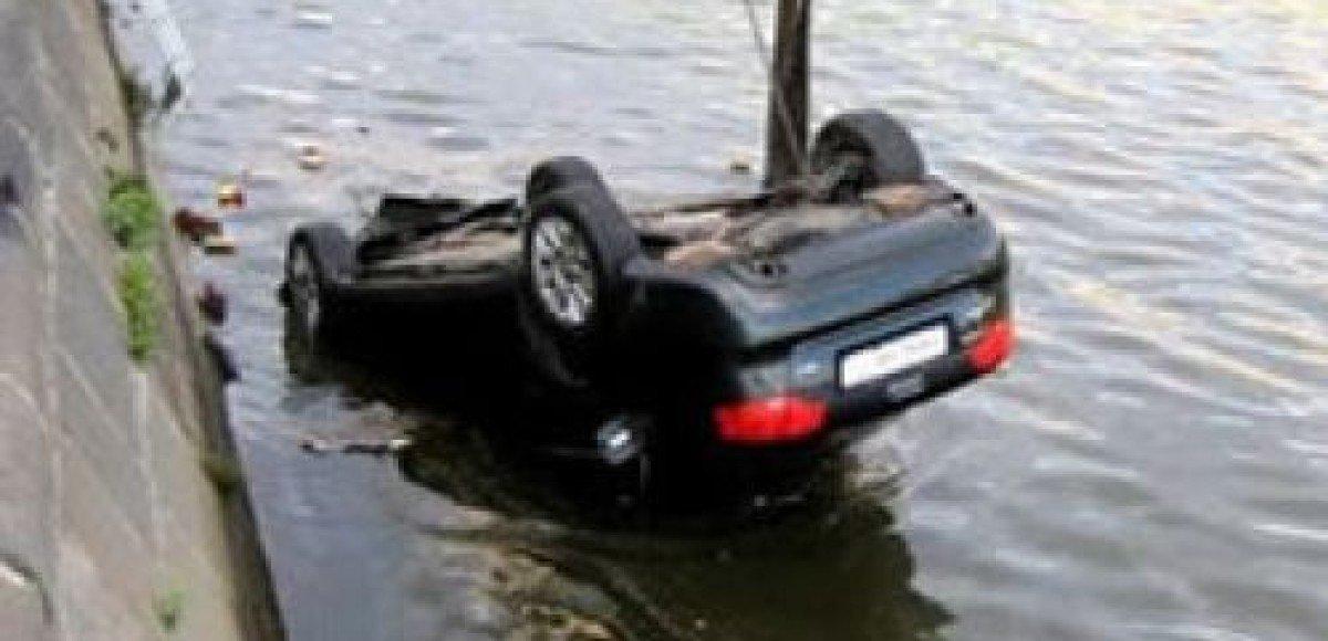 В Москве в реку упал автомобиль