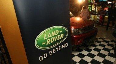 Land Rover поддерживает премьеру фильма «Алиса в стране чудес» в России