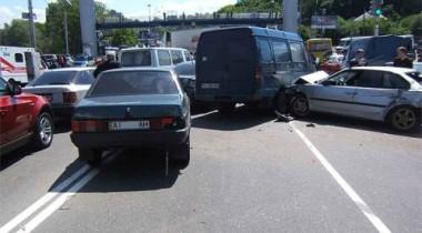 Пьяный водитель протаранил 11 автомобилей и врезался в фонарный столб