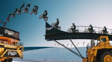 Прыжок с БелАЗа на БелАЗ: впервые на мотоцикле