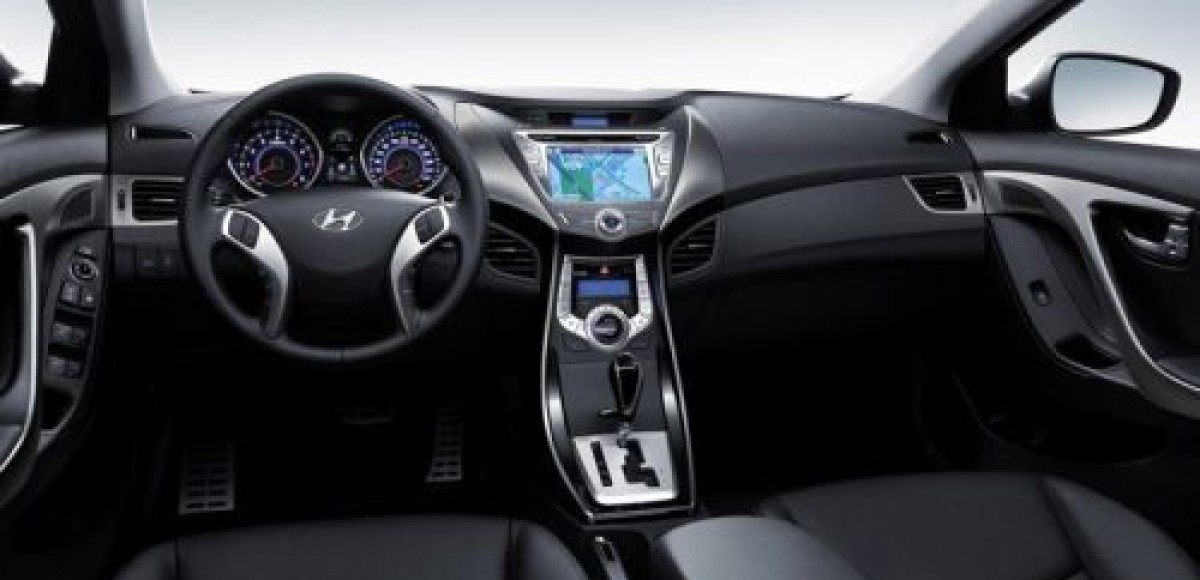 Hyundai представляет первое фото интерьера новой Elantra