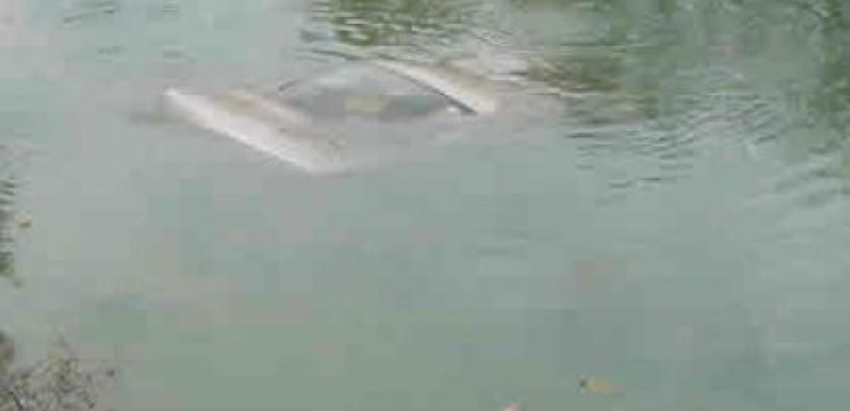В Башкирии в пруду утонул автомобиль с рыбаками