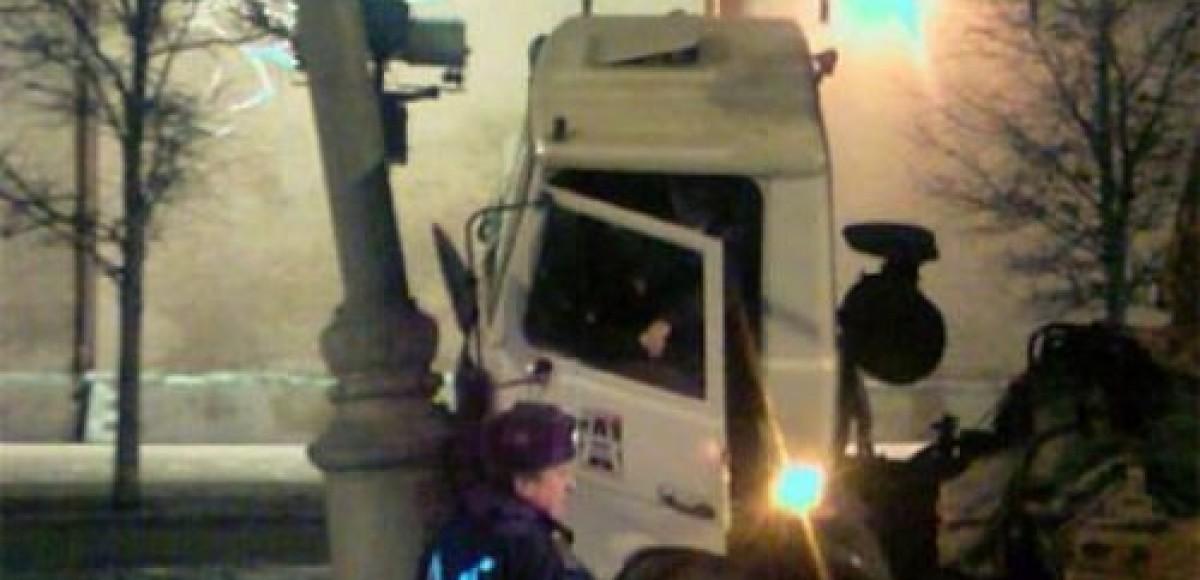 На Рублевском шоссе перевернулся грузовик с клубникой
