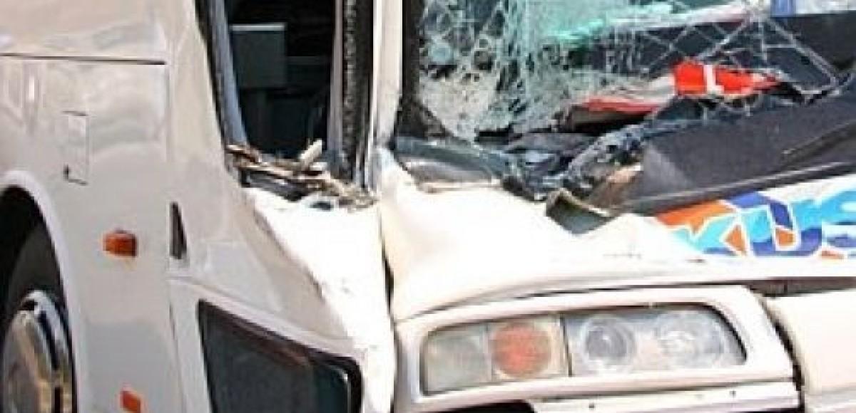 Автобус столкнулся с грузовиком на автотрассе «Кавказ»