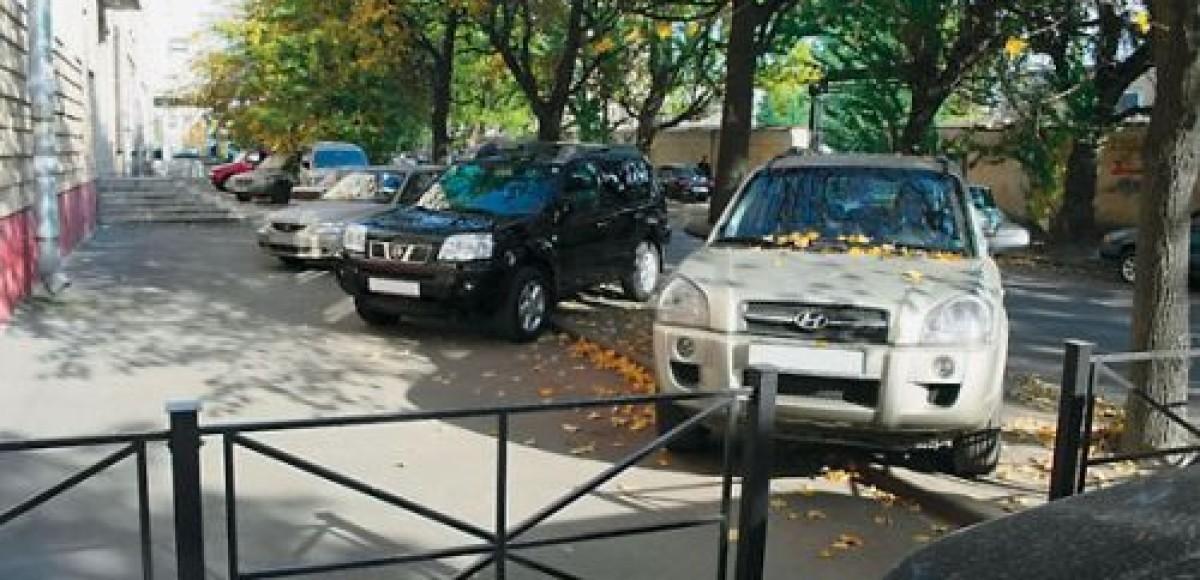 Смольный отдаст автомобилям «убитые» газоны