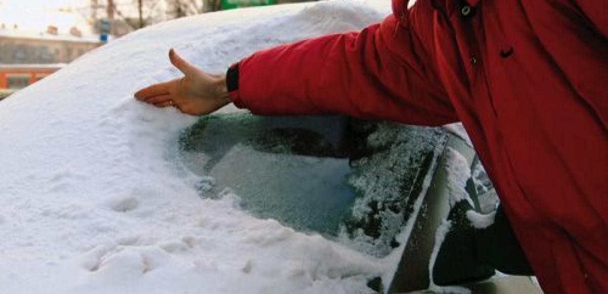 В Петропавловске-Камчатском снежная лавина завалила жилой дом и два автомобиля