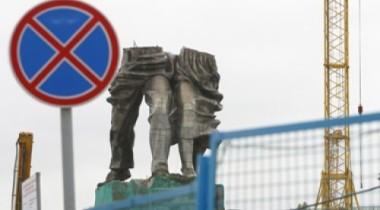 Под монументом «Рабочий и колхозница» разобъют парковку