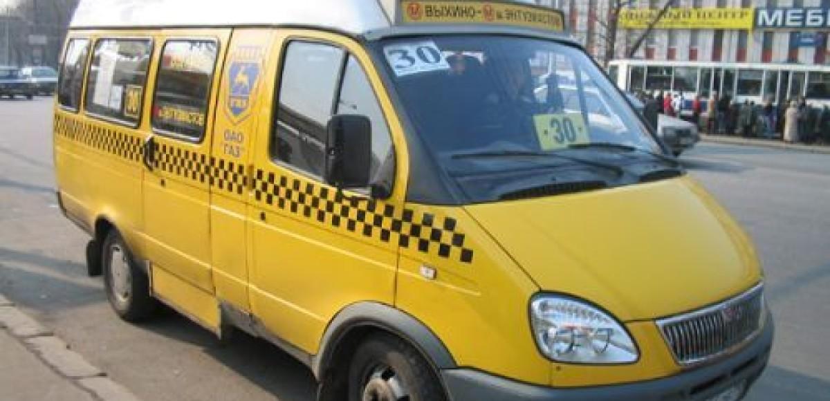 Водитель «маршрутки» подцепил инспектора ДПС