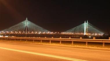 На Вантовом мосту в Петербурге перевернулся грузовик