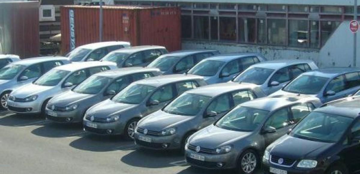 Ноябрьские продажи автомобилей в России упали на 46%