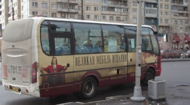 В Петербурге участковый милиционер поссорился с водителем «маршрутки», после чего гонялся за ней, расстреливая машину из травматического пистолета