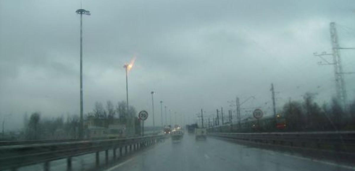 Теплая погода и высокая влажность осложняют дорожную обстановку в Москве