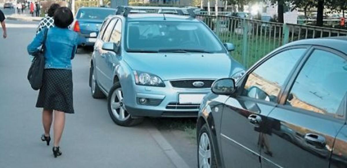 На столичных улицах появились автомобили с надписью «Паркуюсь на газоне»