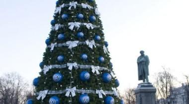 На Пушкинской площади в Москве появилась новогодняя ель от Volkswagen