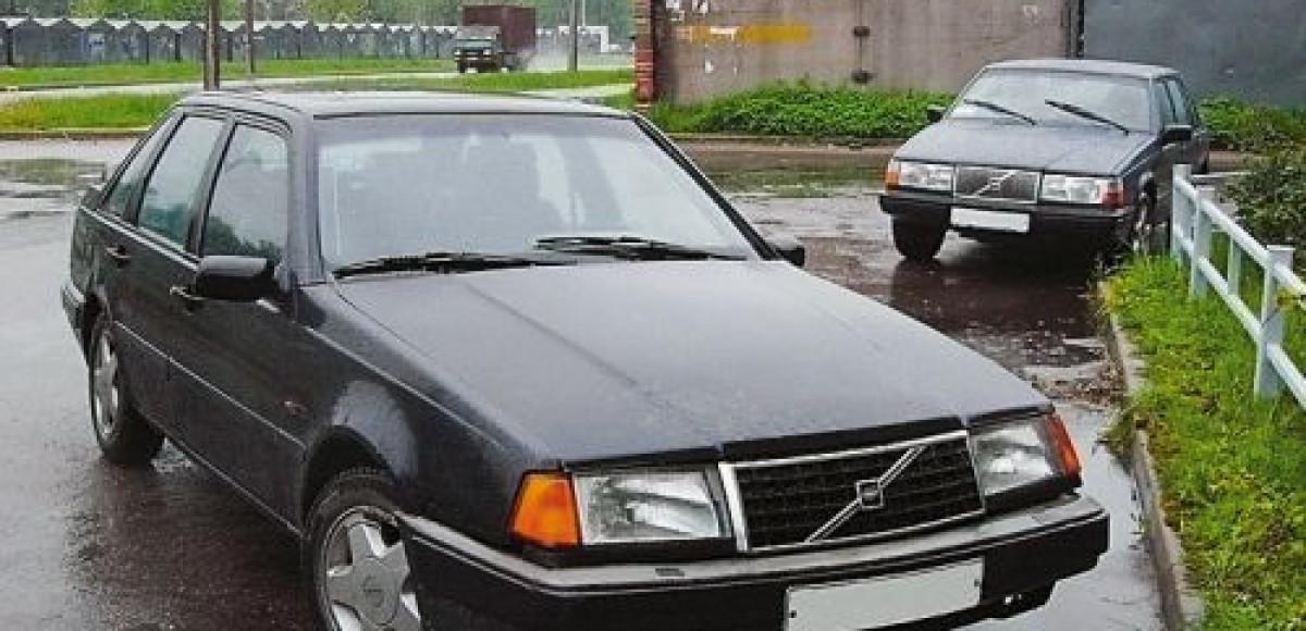 Автомобиль Volvo повис на 1,5-метровом заборе