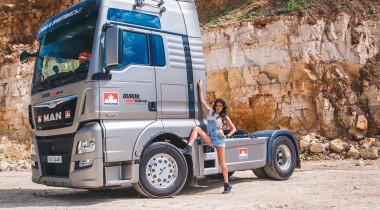 Девушка и грузовик