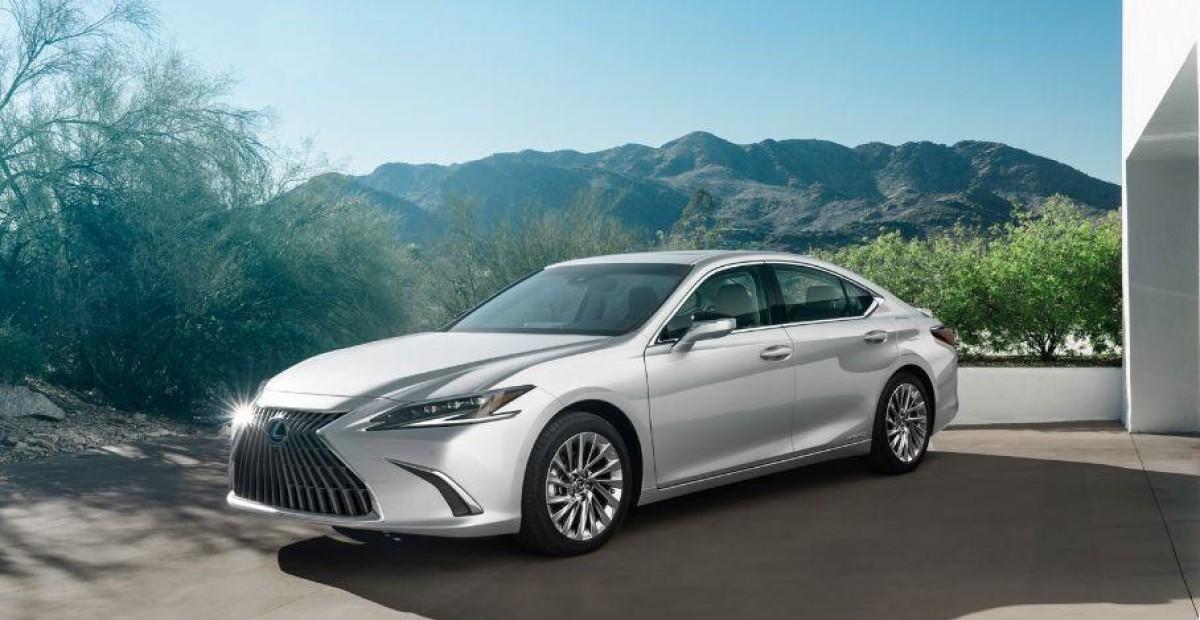 Представлен Lexus ES 2021-го модельного года: рассказываем, что в нем нового