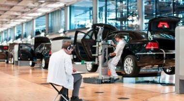 Художник из Лейпцига рисует процесс сборки Volkswagen Phaeton