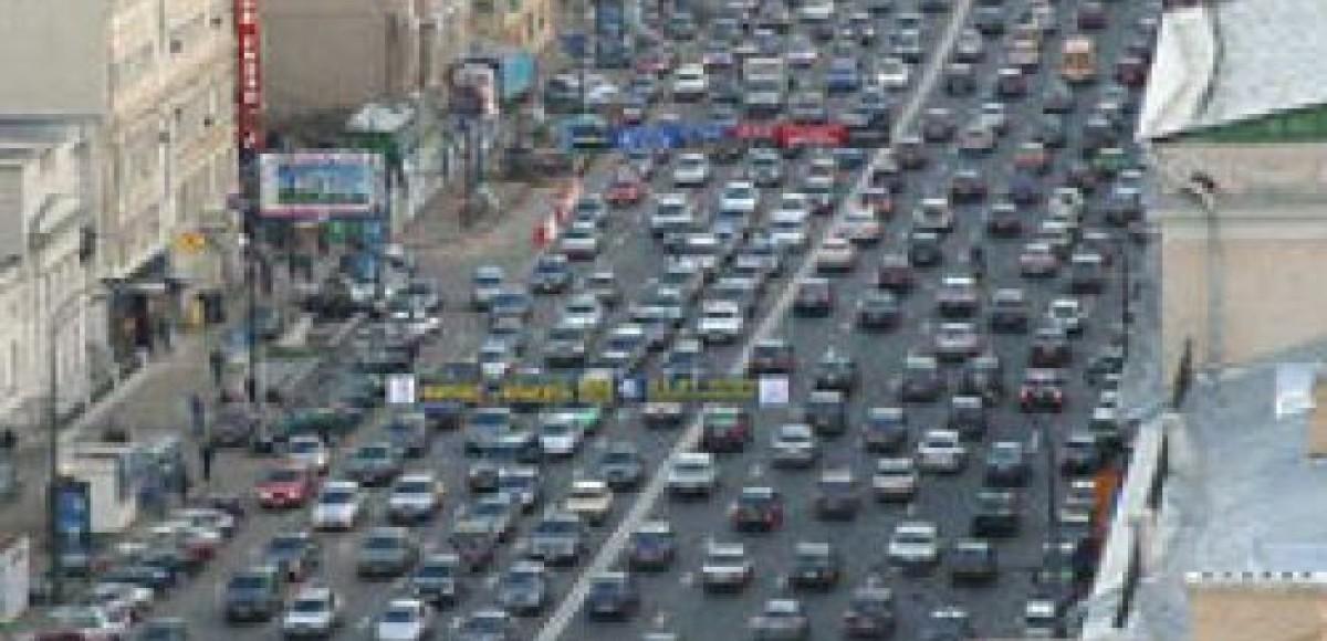 Час пик «по-московски»: одновременно в пробках простаивают 600 000 машин
