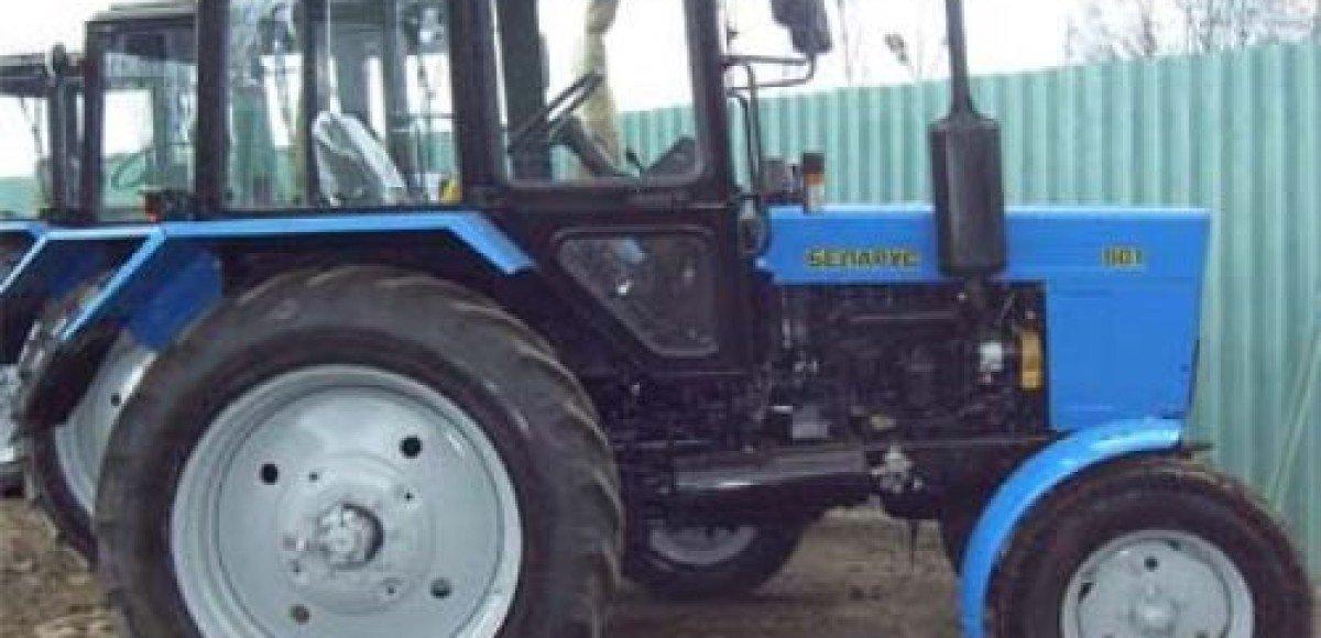 Депутат раздавил автомобиль обидчика трактором