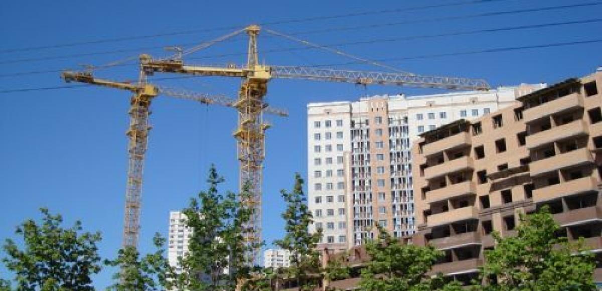 В Красноярске на проезжую часть рухнул башенный кран (видео)