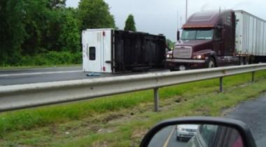 В Нижегородской области произошло крушение грузовика с битумом