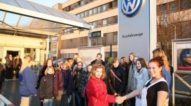 Volkswagen Коммерческие автомобили. Женщины тоже умеют жать на газ!