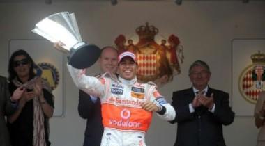Льюис Хэмилтон выиграл в Монако с пробитым колесом