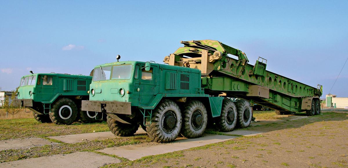 армейские транспортеры и тягачи