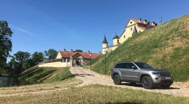 На Jeep Grand Cherokee Trailhawk по России и Белоруссии.