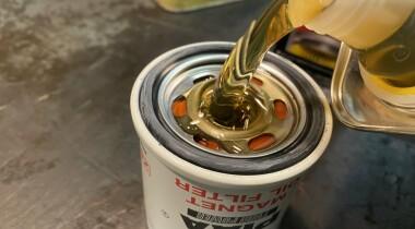 Почему не нужно заливать масло в фильтр: ответ удивит