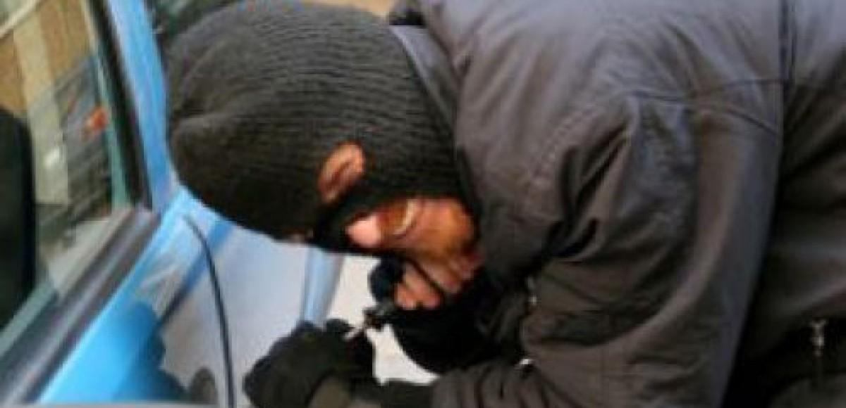Угонщики уснули рядом с машиной, которую намеревались похитить
