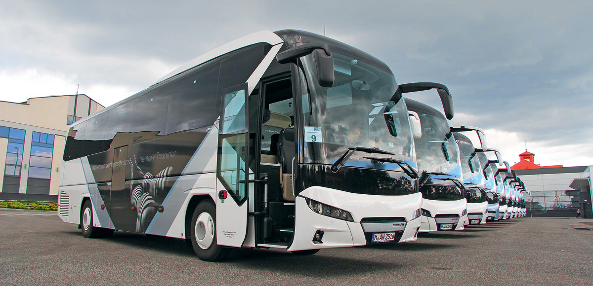 Neoplan Tourliner. Колонна в полоску