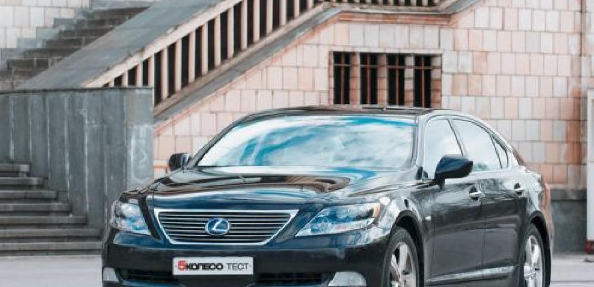 У владельца фирмы угнали Lexus стоимостью 8 млн рублей