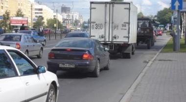 Посередине Тверской улицы пьяный мужчина пытался поймать такси