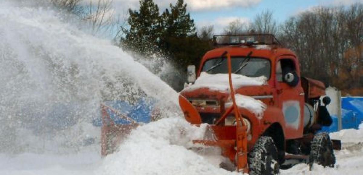 На борьбу со стихией дорожные службы Петербурга вывели 850 уборочных машин