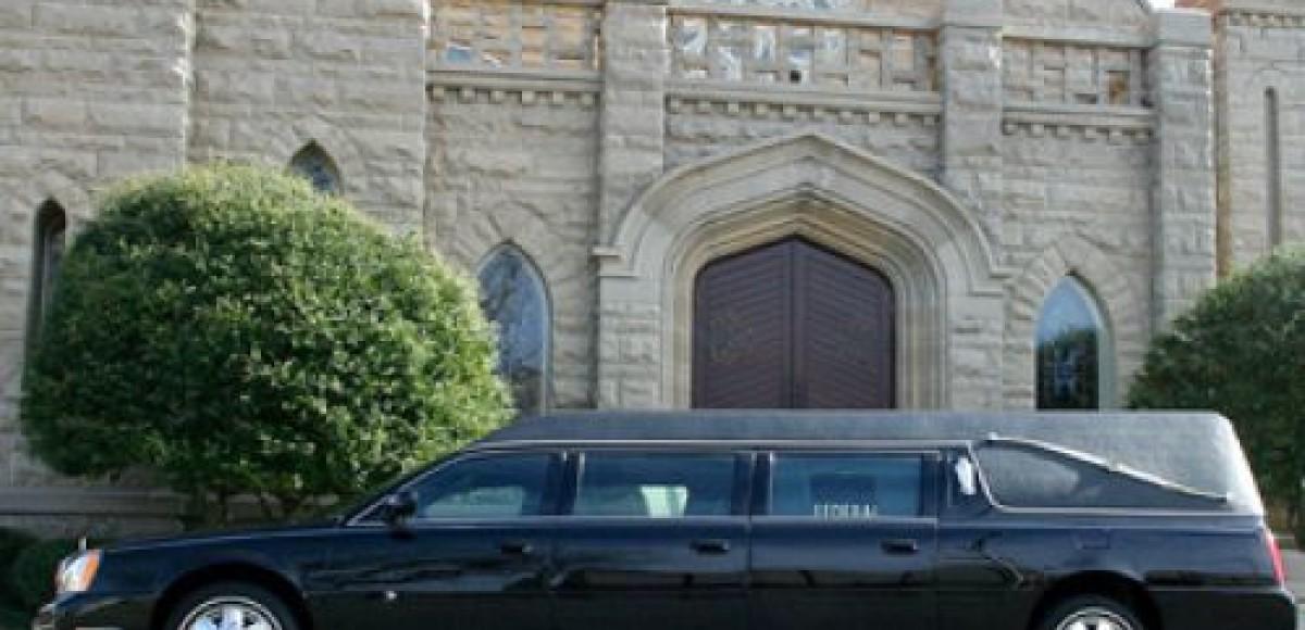 Молодожены заказали свадебный лимузин, а получили похоронный катафалк