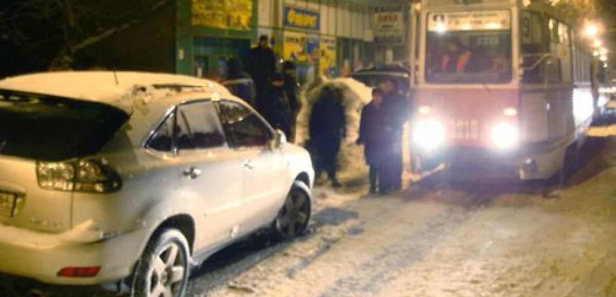 В Саратове пассажиры общественного транспорта разбили «Лексус», припаркованный на трамвайных рельсах