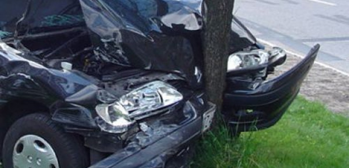 В Петербурге автомобиль «обернулся» вокруг столба